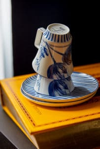 hotel-park-centraal-amsterdam-classic-room-décor-cups-book