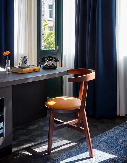 hotel-park-centraal-amsterdam-room-desk-chair