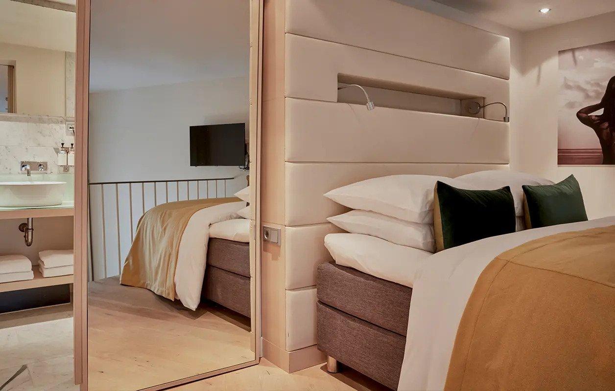hotel-park-centraal-amsterdam-room-duplex-suite-bedroom-mirror