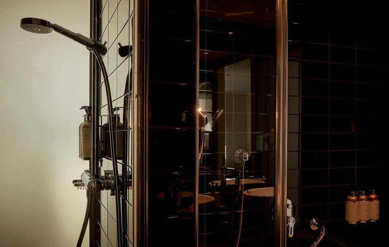 hotel-park-centraal-amsterdam-room-family-suite-bathroom-rain-shower