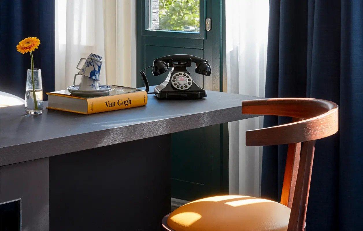 hotel-park-centraal-amsterdam-room-junior-suite-desk-chair-décor