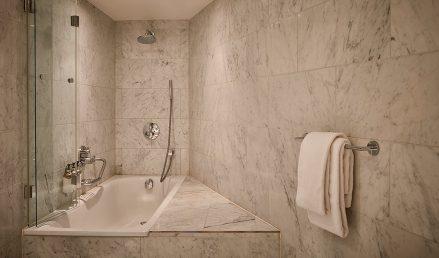 hotel-park-centraal-amsterdam- room-duplex-suite-bathroom-bathtub